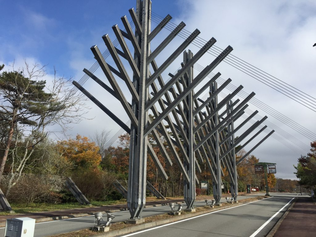 エントランスゲートにある木のモニュメント